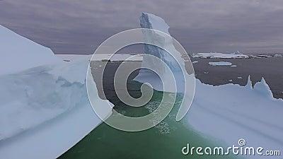 A água lava os iceberg na baía Andreev vídeos de arquivo