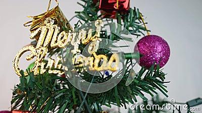 Árbol de Navidad decorado con baudias, luces y pequeños regalos para el nuevo año 2020 aislado en fondo blanco almacen de metraje de vídeo