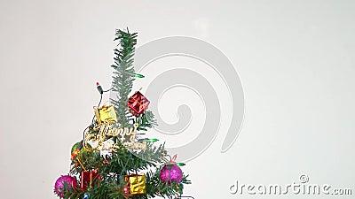 Árbol de Navidad decorado con baudias, luces y pequeños regalos para el nuevo año 2020 aislado en fondo blanco almacen de video