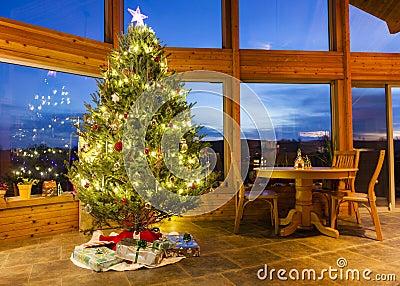 Árbol de navidad en hogar moderno