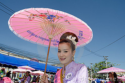 ⢠de Thaise glimlach van de Dame in parade van pedaal een fiets. Redactionele Afbeelding