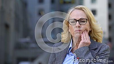 Ältere Firmenarbeitskraft, die den zahnmedizinischen Schmerz, Entzündung der Masse, Zahnschmerzen glaubt stock footage
