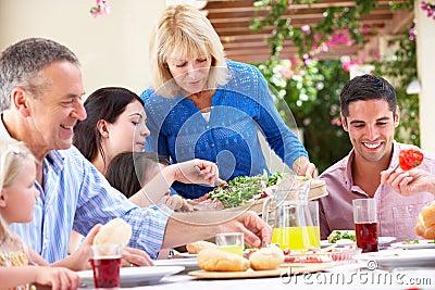 Ältere Frau, die eine Familien-Mahlzeit dient
