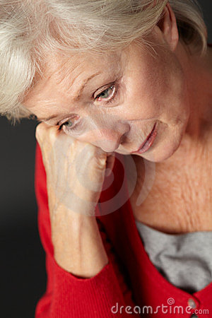 Ältere Frau, die unter Tiefstand leidet