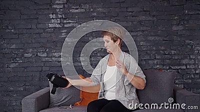 Ältere Frau, die zu Hause Sturzhelm der Gläser 3d verwendet stock video footage