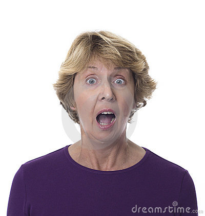 Ältere Frau mit entsetztem Ausdruck