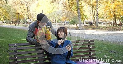 Ältere Frau sitzt auf einer Bank und benutzt ein Smartphone, und plötzlich nähert sich ihr ihr ihr ihr ihr ihr ihr ihr ihr ihr ei stock video