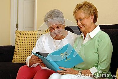 Ältere Frauen, die Speicher teilen