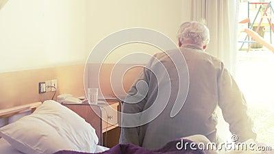 Ältere Menschen erholen sich im Krankenhausbett stock video