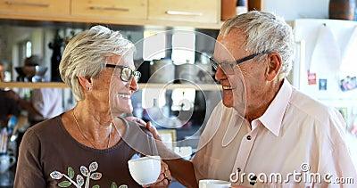 Ältere Paare, die miteinander in der Küche 4k aufeinander einwirken stock video