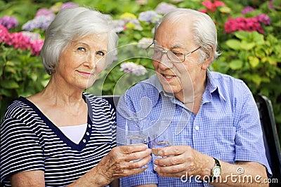 Ältere Paare mit trinkenden Gläsern