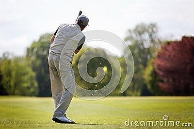 Älterer Golfspieler auf Fahrrinne.