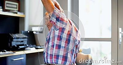Älterer Mann, der auf Stuhl 4k trainiert stock video