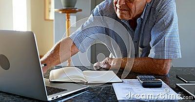 Älterer Mann, der Budget des Haushalts 4k berechnet stock footage