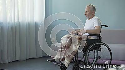 Älterer Mann im Rollstuhl entscheiden, sich vorwärts zu bewegen, starker Wille für Wiederaufnahme stock video