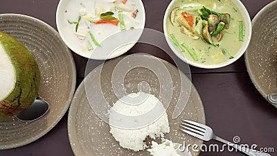 Äta traditionell asiatisk kokkonst på tabellen B?sta sikt av autentisk thai disk curry, tom khasoppa och ris arkivfilmer