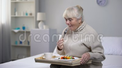 吃晚餐的微笑的老妇人在老人院,年迈的人民的社会保险 股票录像