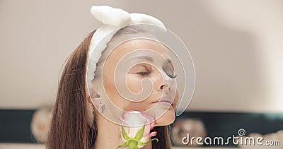 嗅到玫瑰色芽的头饰带的肉欲的妇女 股票录像
