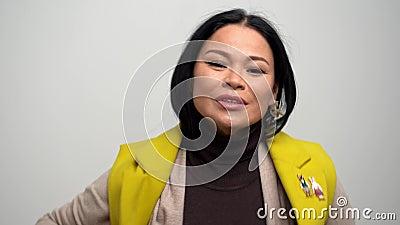 Ładnej kobiety czuciowy zimno i być ubranym żółtego żakiet zdjęcie wideo