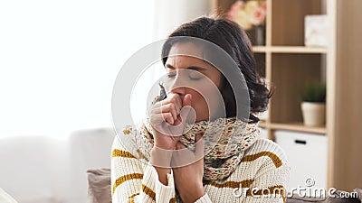 围巾的在家咳嗽不快乐的病的妇女 影视素材