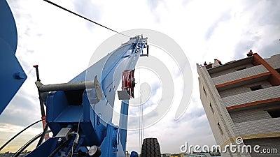 Åka lastbil kranen, konstruktionskran på en konstruktionsplats nära huset arkivfilmer