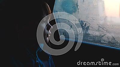 看在有雾的车窗外面的一点4-6岁thoughful白种人男孩大气射击在黄昏黑暗的晚上 影视素材