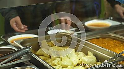 特写镜头,与盘的陈列室在现代自已服务军用餐具,自助食堂,食堂,吃工厂的雇员午餐 股票视频