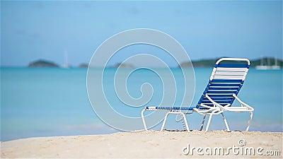 Één chaise-longue op wit tropisch Caraïbisch strand stock video