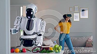 Één robot kookt maaltijd terwijl een meisje VR-glazen draagt stock footage