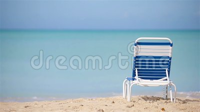 Één sunbed op wit tropisch Caraïbisch strand stock videobeelden