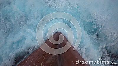 Éclaboussure mousseuse d'une vague de mer contre l'arc du ` s de bateau - mouvement lent banque de vidéos