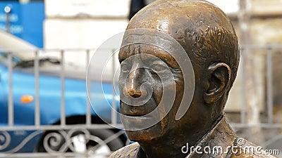Éclatez avec le visage du peintre espagnol Pablo Ruiz Picasso en parc banque de vidéos