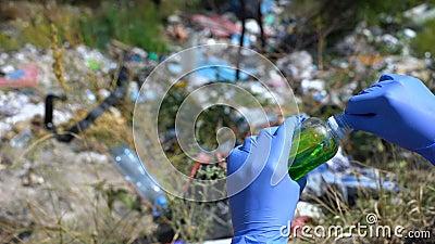 Écologiste mesurant l'échantillon d'eau provenant de la zone polluée à l'aide d'une bandelette d'essai en métal lourd banque de vidéos