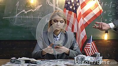 Économie et finances concept d'économie avec la femme donnant l'argent à l'homme Économie et finances Patriotisme et liberté prod banque de vidéos