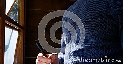 Écriture d'homme sur un journal intime à la maison 4k clips vidéos