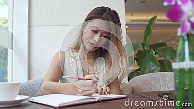 Écriture de femme d'affaires dans le planificateur quotidien banque de vidéos