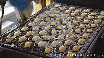 Écrous de cuisson de biscuits avec du lait condensé, l'industrie alimentaire, douceur banque de vidéos