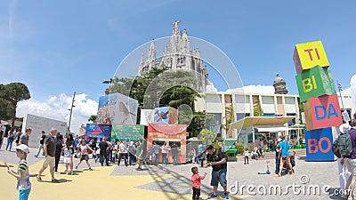 éditorial Mai 2018 Temple du coeur et des attractions sacrés sur la montagne sur le bâti Tibidabo à Barcelone banque de vidéos