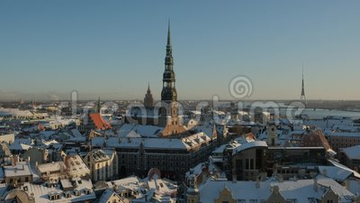 Église Saint-Pierre dans la ville de Riga En bas, journée d'hiver de Timelapse banque de vidéos