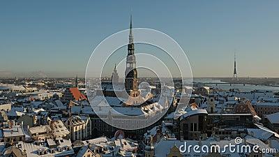 Église Saint-Pierre dans la ville de Riga En bas, journée d'hiver de Timelapse clips vidéos