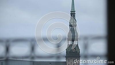 Églises et maisons vieux Riga, une ville en Lettonie la tour de PETRA clips vidéos