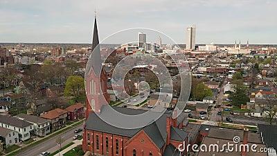 Élévation aérienne au-dessus du long horizon urbain plat de ville dans le fort Wayne Indiana clips vidéos