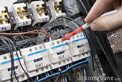 Électricien au travail