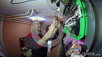 Électricien expert Doing Electrical Wiring banque de vidéos