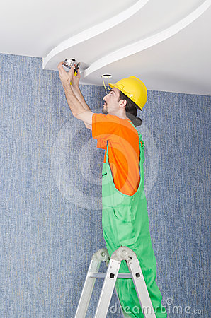 Électricien travaillant au câblage