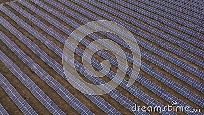 Électricité renouvelable, vol sans pilote au-dessus d'une centrale solaire située sur le terrain banque de vidéos