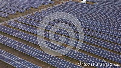 Électricité renouvelable, vol sans pilote au-dessus d'une centrale solaire située sur le terrain clips vidéos