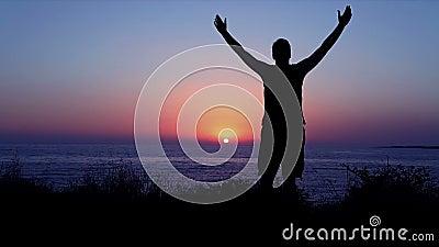 Éloge et culte par la mer au coucher du soleil