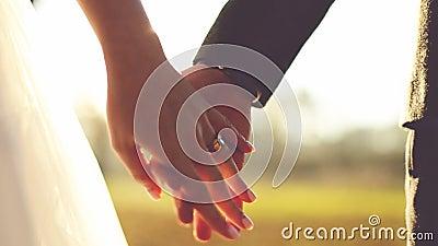 Épousez-moi aujourd'hui et quotidien Couples de nouveaux mariés tenant les mains, tir dans le mouvement lent