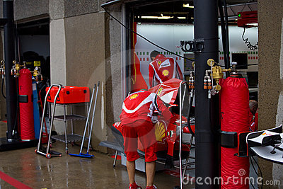 Équipe de Ferrari préparant le véhicule de Felipe Massaâs Photographie éditorial